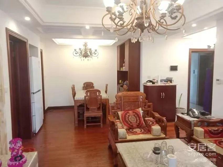房产交易网上的图片显示,客厅原本悬挂着两盏吊灯