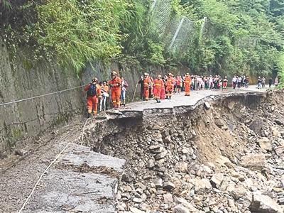 道路被毁影响救援
