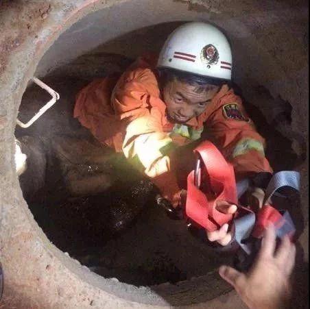 吉安一老人不慎跌落工地管井 消防员深夜下井成功救援