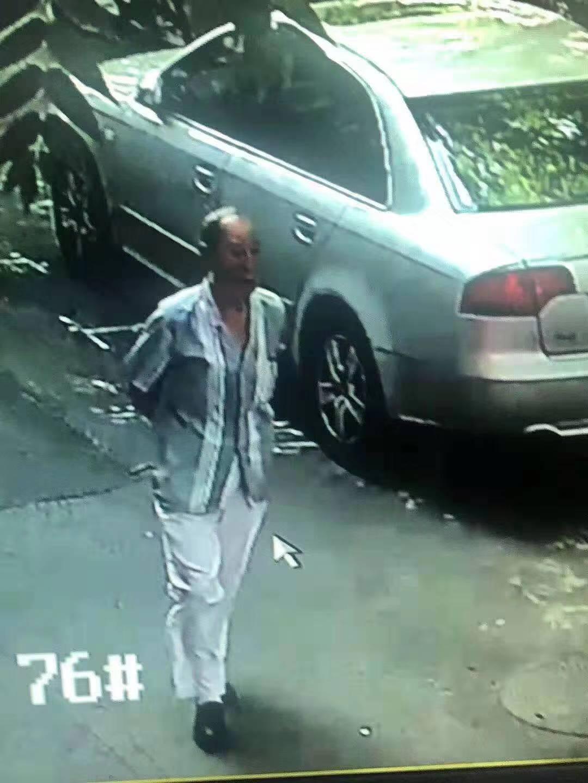 监控拍下的画面。老人走失时身穿浅灰色短袖,白色长裤,黑色皮鞋。受访者供图