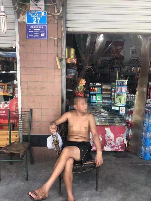 报警后江某在副食店门口喝酒等待民警处警。警方供图
