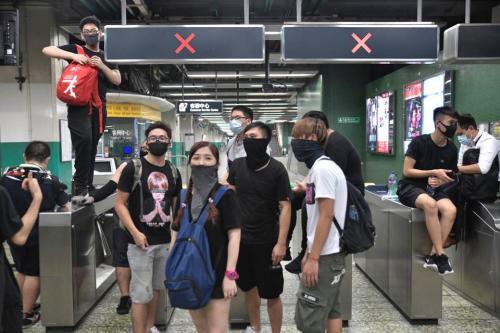 23日晚,香港暴徒大闹港铁葵芳站。图片来源:香港《明报》/陈凯键 摄