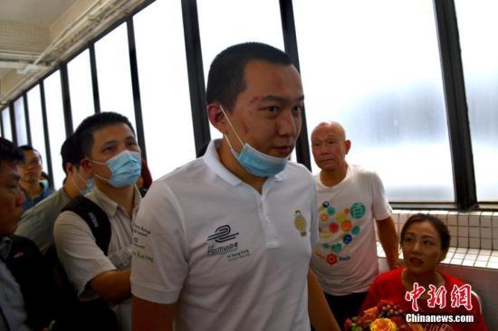 资料图:8月14日,付国豪离开医院。中新社记者 李志华 摄