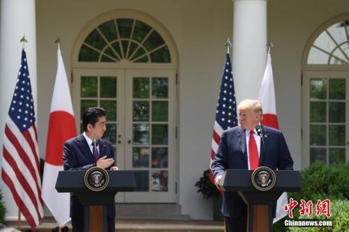 资料图:当地时间2018年6月7日,美国总统特朗普(右)在白宫会见日本首相安倍晋三,并共同会见记者。图为二人出席联合记者会。