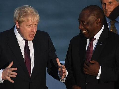 约翰逊与身旁的南非总统聊天(图源:GETTY)