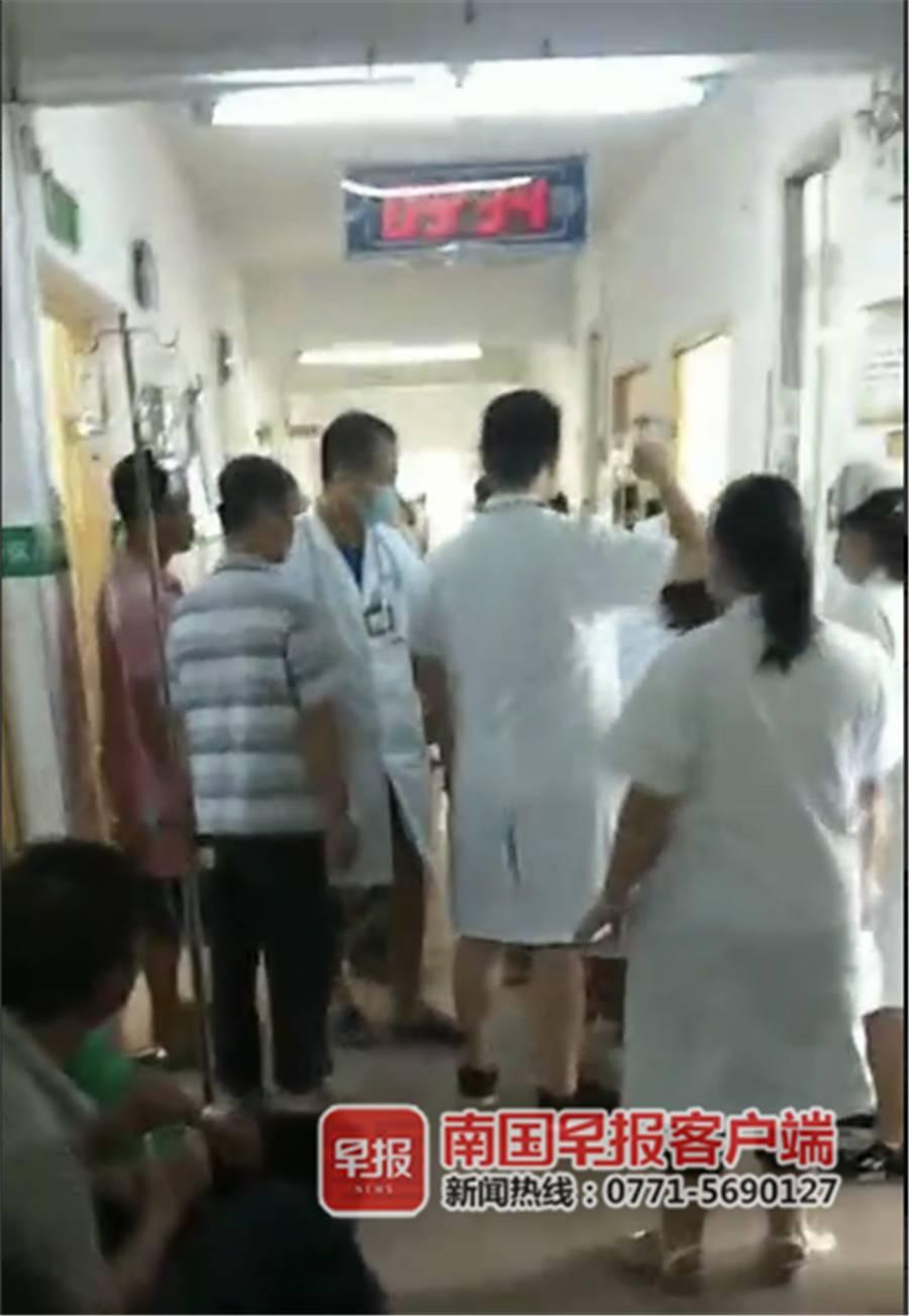 中毒患者正在医院治疗中。