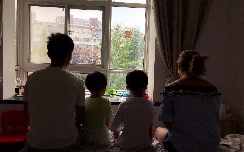 石祥林一家四口。除女儿外,均在一年前的事故中受伤。 新京报记者 向凯 摄