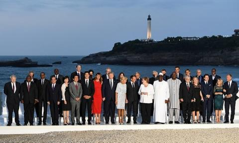 G7峰会领导人及其配偶大合影(图源:美联社)