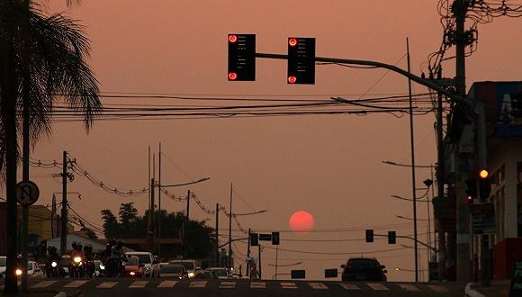 8月17日,巴西阿克雷州里奥布兰科市被火灾烟雾隐瞒hg0088官网天空。来源:IC Photo