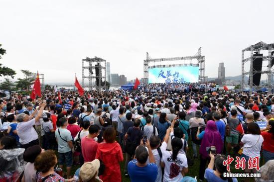 """资料图:8月17日,香港市民以及""""守护香港大联盟""""在香港金钟添马公园举行""""反暴力、救香港""""大集会,以充分表达香港社会反对一切形式的暴力,呼唤和谐稳定,尽快回复社会正常秩序的主流民意。中新社记者 李志华 摄"""
