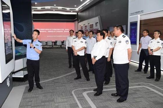△赵克志在广东智慧新警务联合创新中心观看新一代警务移动终端演示