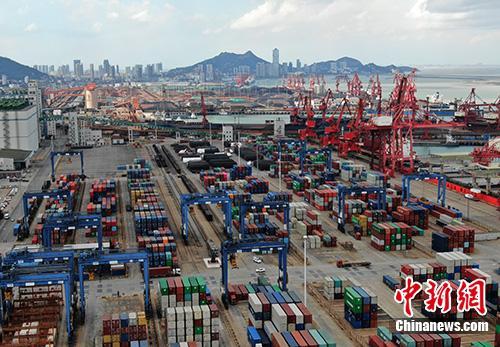 图为航拍江苏连云港集装箱码头。(资料图片)中新社记者 泱波 摄