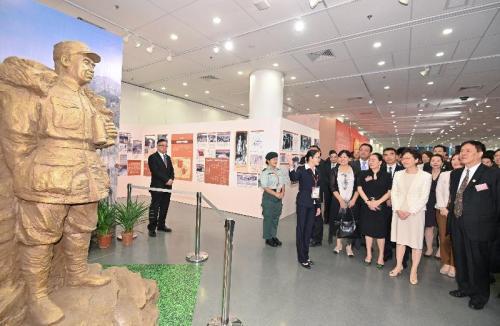 林郑月娥(前排右hg0088如何开户)于典礼后参不都雅展览。图片来源:香港特区当局音信公报