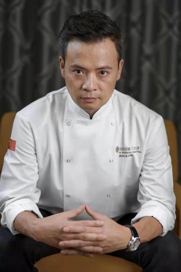 他用蛋炒饭、清蒸鱼和炒青菜征服《中餐厅》导演