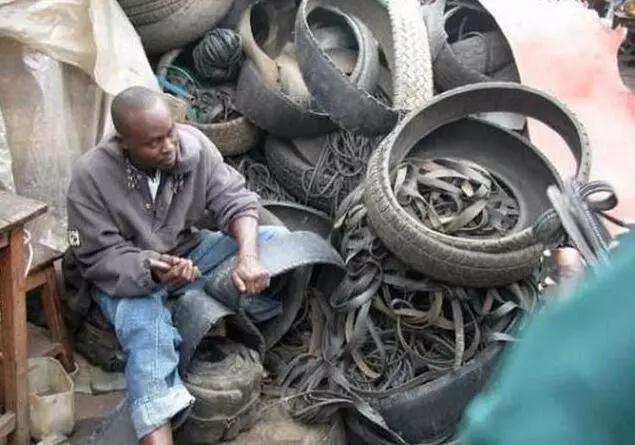 非洲穷人变废为宝,用废弃轮胎制作凉鞋,既时尚又耐磨