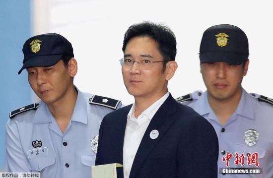 资料图:三星集团副会长李在镕,涉嫌向总统朴槿惠及其亲信崔顺实行贿433亿韩元(折合人民币约2.49亿元)或意图行贿。