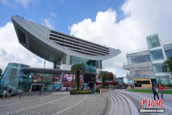 香港著名旅游景点太平山顶游客稀少,山顶广场上显得空空荡荡。中新社记者 张炜 摄