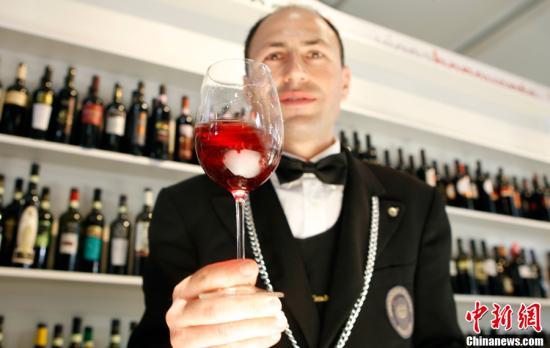 小酌一杯不伤身?英研究:饮用红酒有益肠道健康