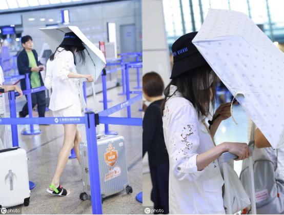 郑爽穿仙女白现身机场,一双细腿实在太瘦,但室内打伞是新潮流吗