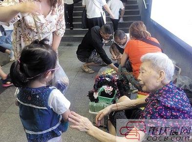 余婆婆拉着幼友人的手座谈。