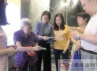 炎忱市民赶到余婆婆的摊位,大量购买她的商品,期待为老人分郁闷。