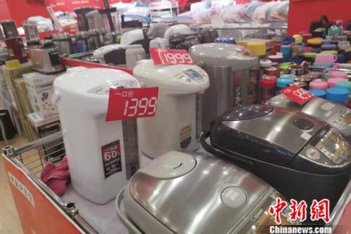 图为北京西城区一家商场的家电区。谢艺观 摄