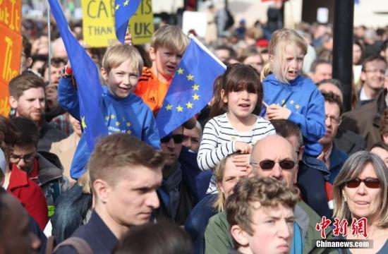 """2019年3月23日,在欧盟同意英国延迟脱欧、英国脱欧前景仍面临""""灾难的不确定性""""困境之际,伦敦市中心举行了大规模呼吁举行""""第二次脱欧公投""""的示威游行。中新社记者 张平 摄"""