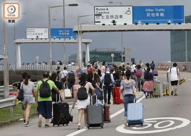 大批旅客徒步走入机场(图源:东网)