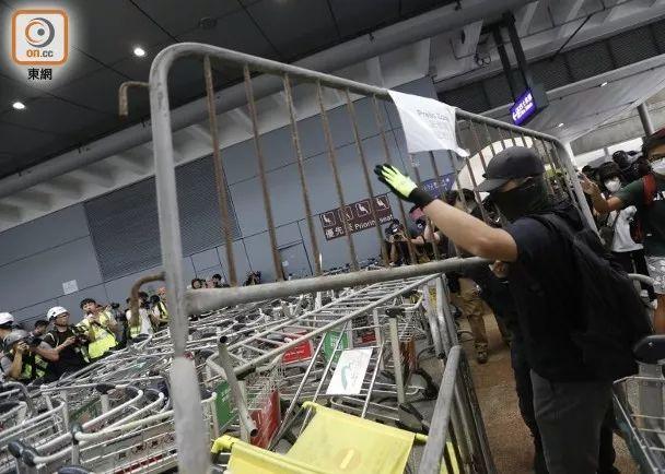 暴徒用铁栏堵塞通道(图源:东网)