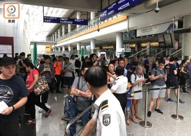 大批旅客无法到巴士站,只能滞留在客运大楼内(图源:东网)