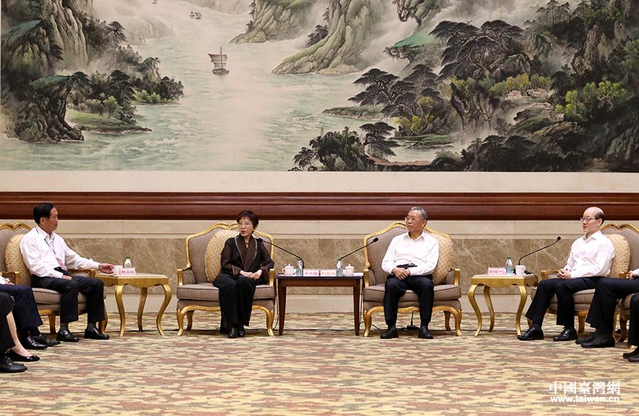 山东省委书记刘家义在潍坊会见了前来参加第25届鲁台经贸洽谈会的台湾嘉宾代表。中央台办、国务院台办主任刘结一参与会见。(中国台湾网 普燕 摄)