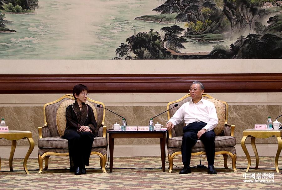 8月31日,山东省委书记刘家义在潍坊会见了由中国国民党前主席、台湾中华青雁和平教育基金会董事长洪秀柱率领的前来参加第25届鲁台经贸洽谈会的台湾嘉宾代表。(中国台湾网 普燕 摄)