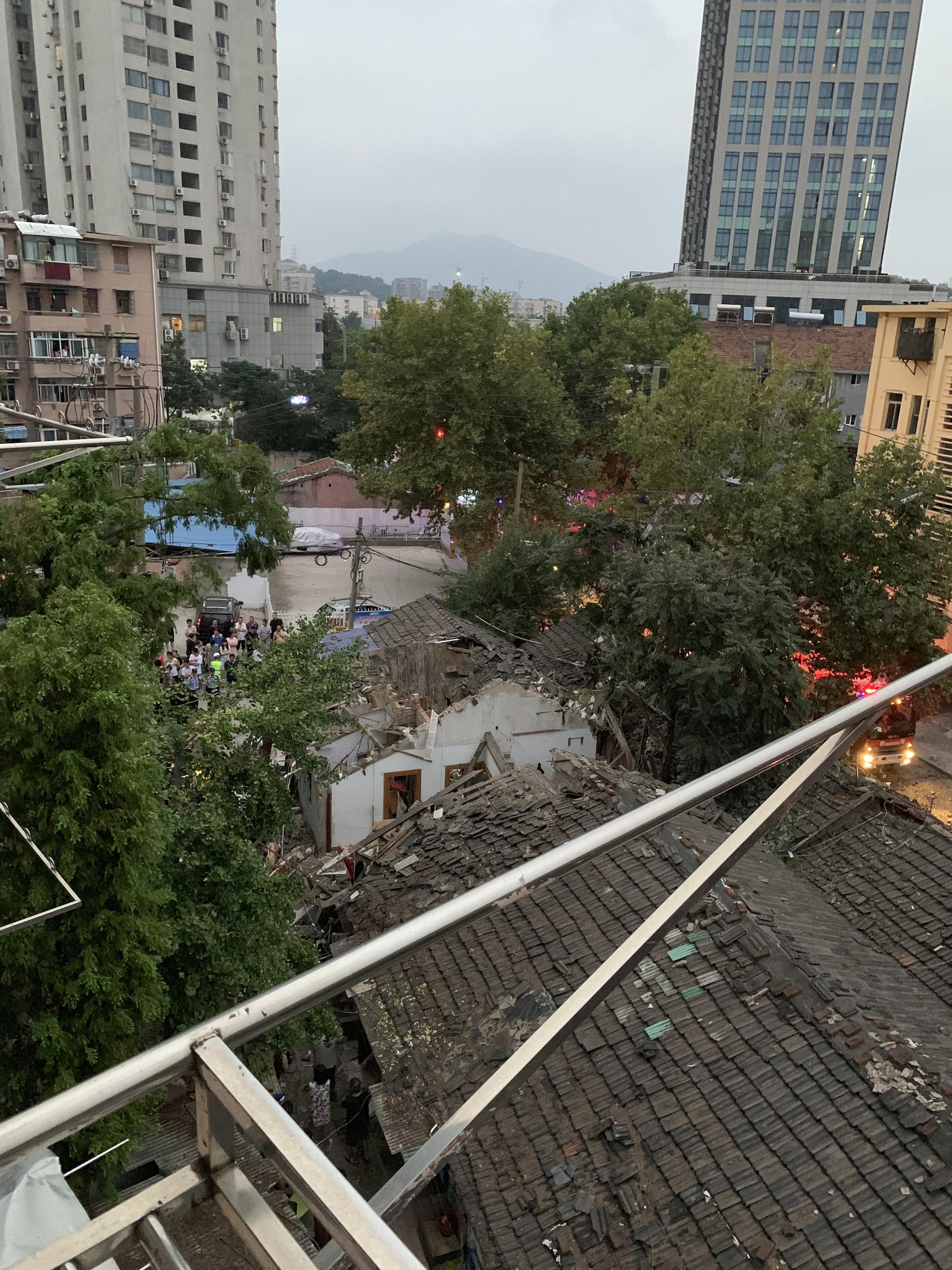 爆炸的平方屋顶被掀翻。受访者供图