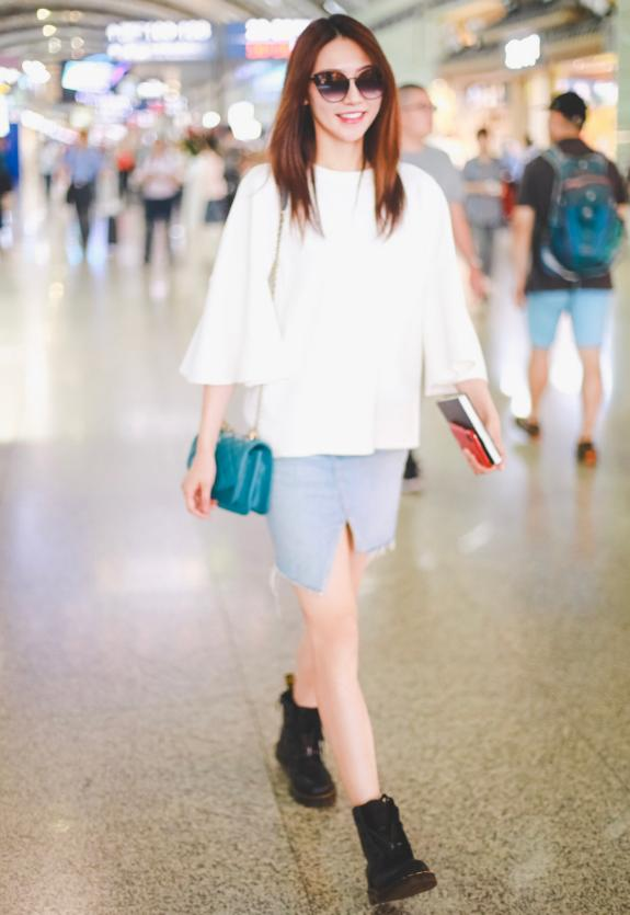 黄梦莹又把白衣+牛仔裙穿火了,时尚又潮流