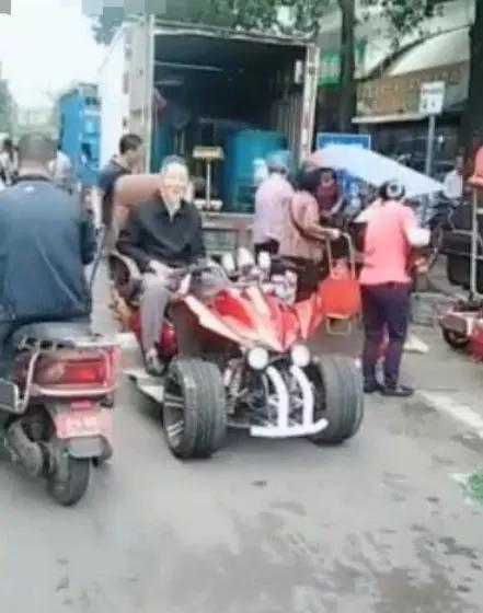 抖音最霸气的老奶奶,看到她的坐骑后,网友:俺也得买一辆