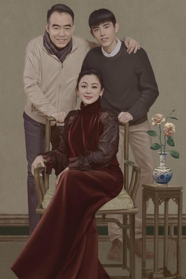 67岁陈凯歌携妻现身,发量稀疏型男范不减,陈红穿破洞裤赶潮流