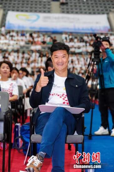 今年暑假,姚祖辉作为总召集人,组织近500名香港中学生到上海考察。7月9日,逾千名沪港青少年在复旦大学,举办国庆70周年主题活动。图为姚祖辉出席活动。受访人供图