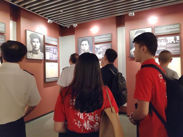 2019年9月4日,华东政法大学大三学生身着红衣T恤,参观一大会址纪念馆。 澎湃新闻见习记者 张慧 图