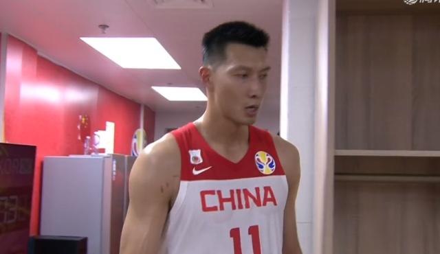 心酸!中国队险胜后,易建联紧抱篮球不松手,12中4他真的老了