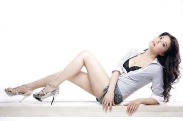 她与成龙李连杰平起平坐,曾因拍戏差点瘫痪,50岁仍然单身