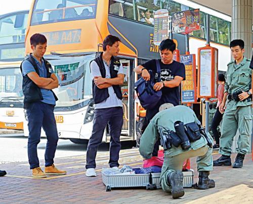 警方在多条通往机场的公路上设路障截查疑人,严防有人再瘫痪机场交通。(图:香港《大公报》记者摄)