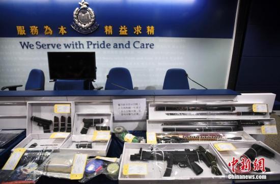 图为香港警方展示于9月4日晚上在北角拘捕一名男子检获的相关证物,包括气枪及武士刀等。中新社记者 麥尚旻 摄