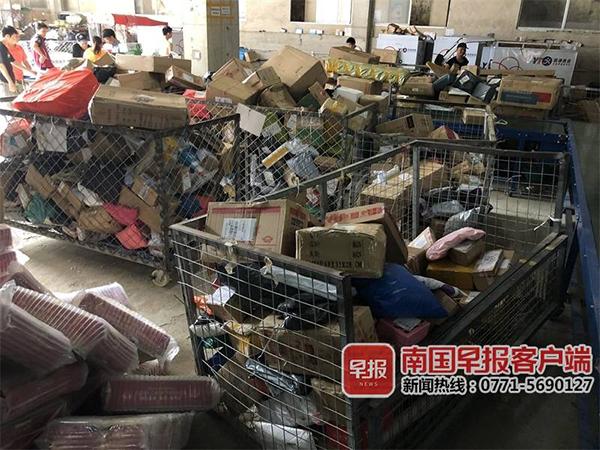 因为员工怠工不派件,仓库堆了不少货物。