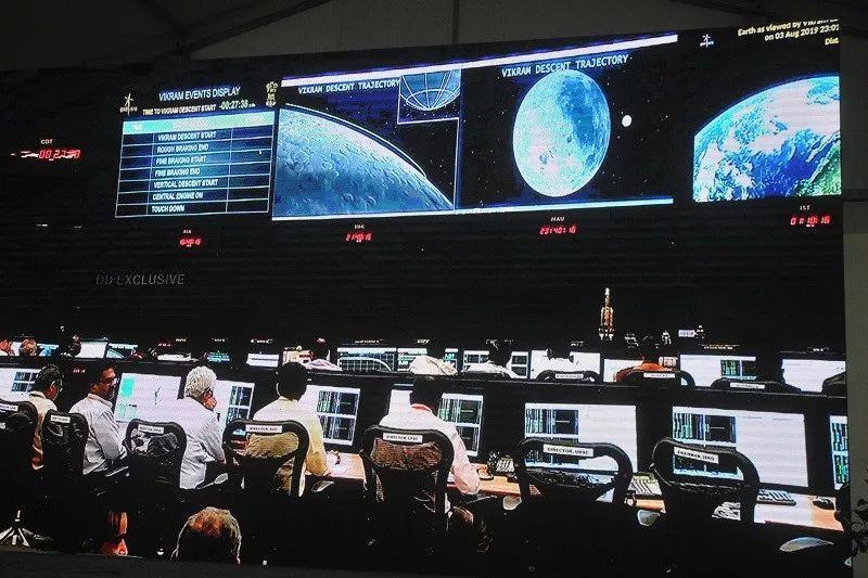 ▲这张9月7日在印度班加罗尔拍摄的电视画面显示,地面控制中心的工作人员在工作中。(新华社)