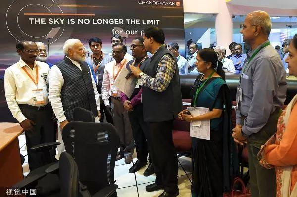 ▲当地时间9月7日,印度班加罗尔,印度总理莫迪与ISRO工作人员交谈。