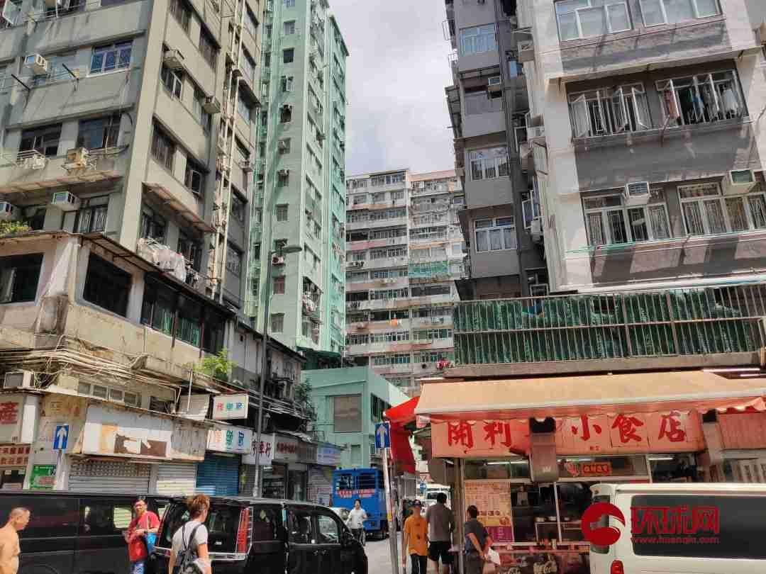 """环球时报-环球网记者探访香港九龙红磡""""劏房""""社区。"""