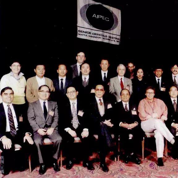 1993年,王嵎生(前排左四)初任中国APEC高官,出席在美国举行的高官会,与众APEC高官合影。