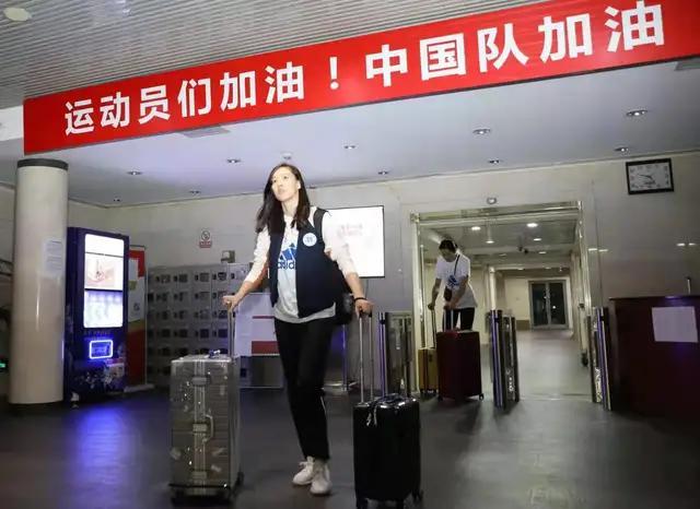 为姑娘们加油!中国女排冒雨兵发日本,开启世界杯卫冕之旅
