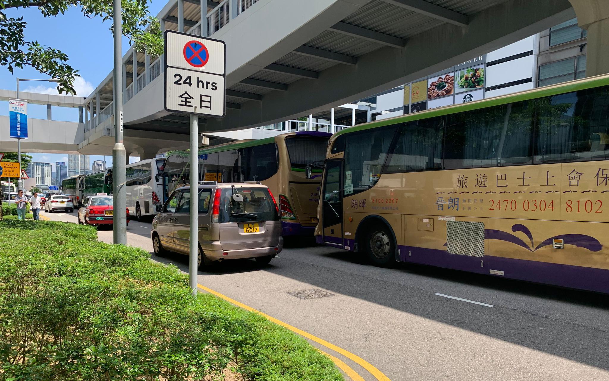 9月10日上午,66辆旅游巴士参加香港旅游促进会组织的旅游巴士慢驶游行活动。