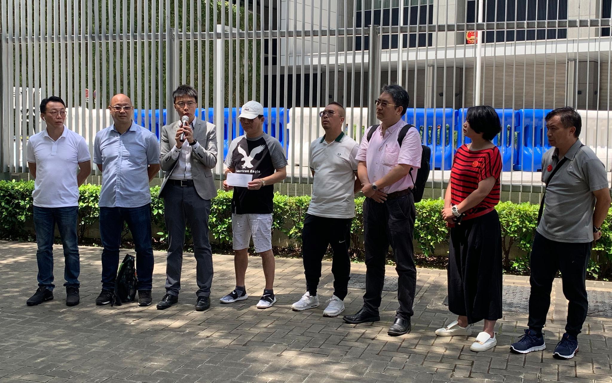 9月10日上午,多名旅游从业者在香港特区政府总部门口诵读请愿书。